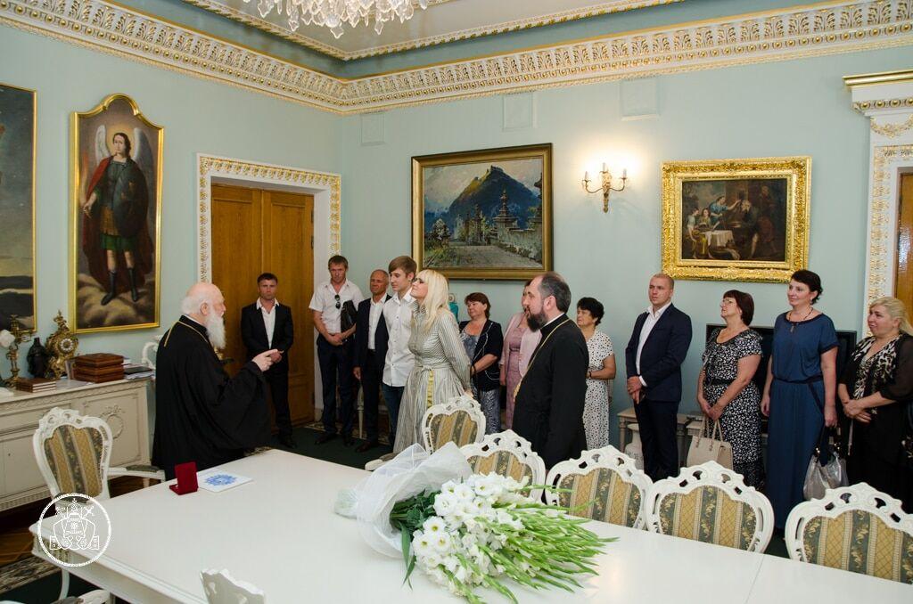 Патріарх Філарет нагородив Аллу Ландар за допомогу армії в АТО