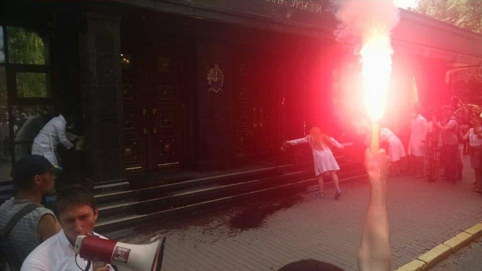 Справа Бузини: активісти облили сходинки ГПУ кров'ю