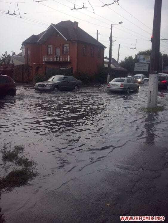Улицы стали реками: в Житомире люди купались на затопленных ливнями дорогах
