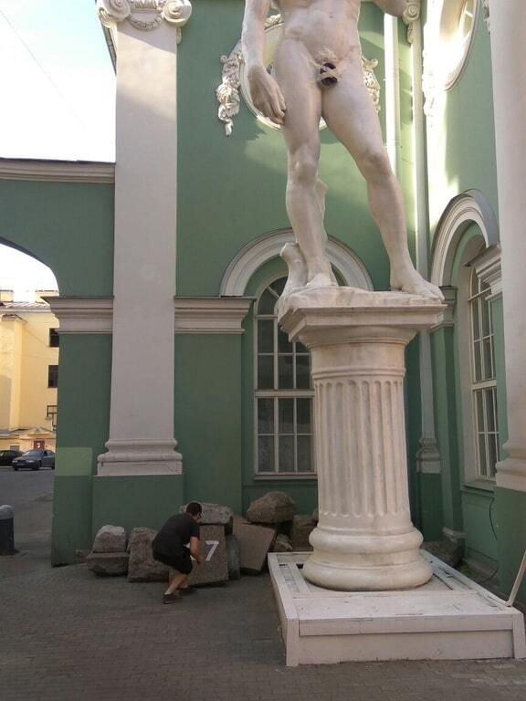 """""""Одели Давида"""": пах статуи в Петербурге прикрыли головным убором"""