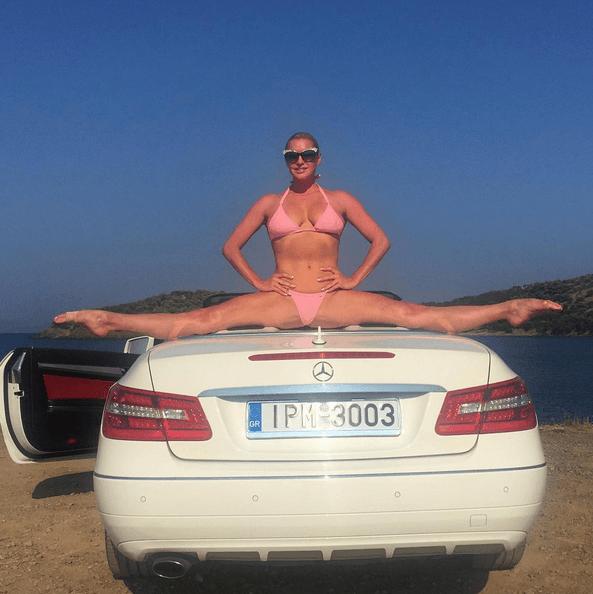 "Шпагат длиннее кабриолета: Волочкова показала растяжку на белом ""Мерседесе"""