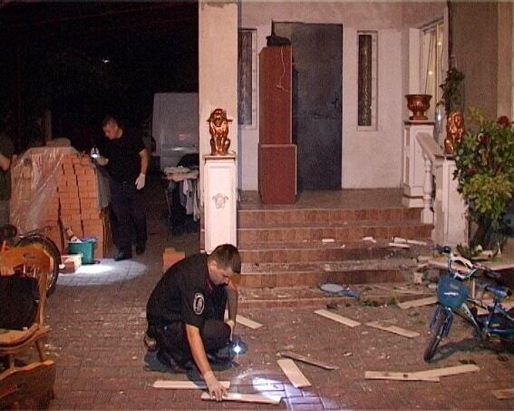 В Киеве во дворе дома произошел взрыв