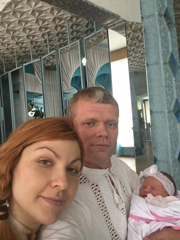 Игорь Швайка забрал новую супругу с дочерью из роддома: опубликованы фото