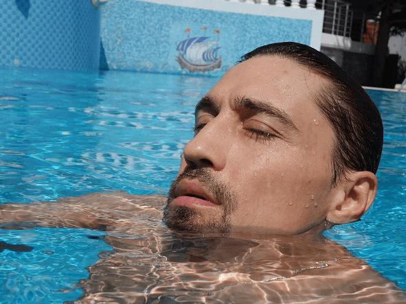 Из Рио в Крым: полуголый Дима Билан поразил дряблым телом на отдыхе