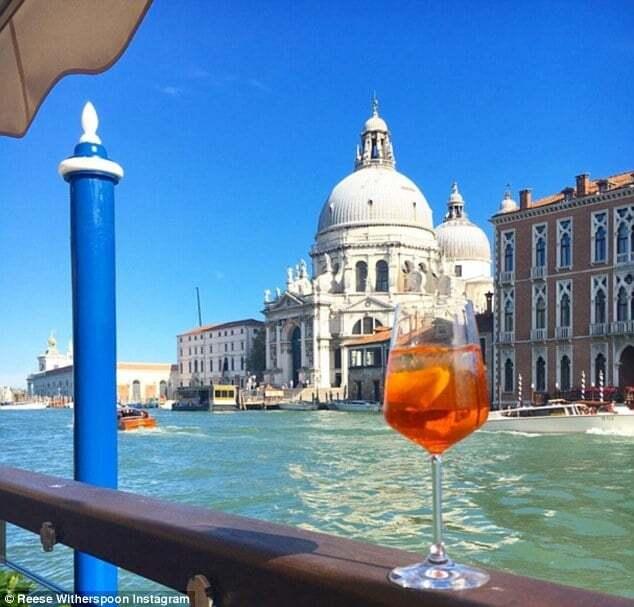 Риз Уизерспун прогулялась по Венеции в вышиванке