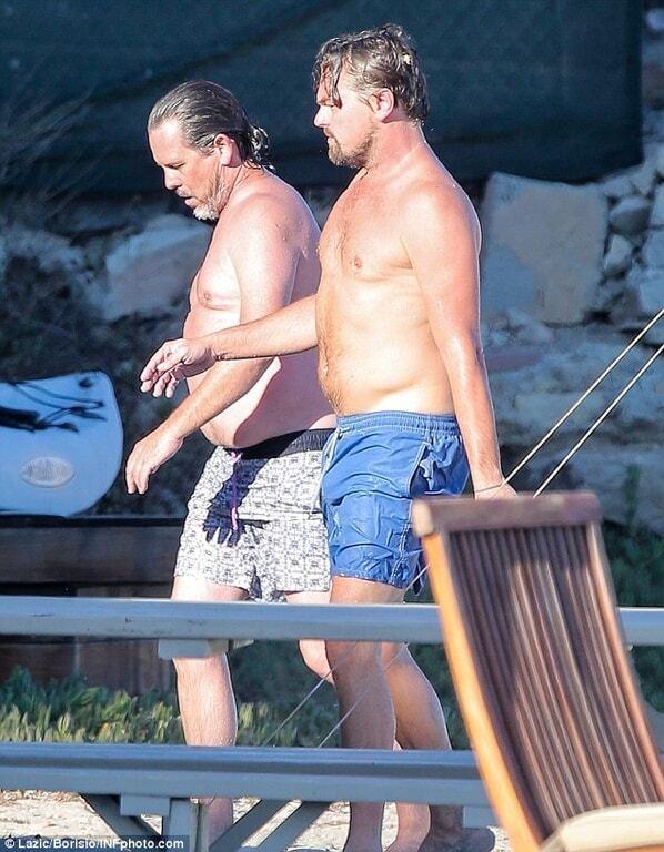 Располневший ДиКаприо отдохнул на пляже с подружкой-моделью