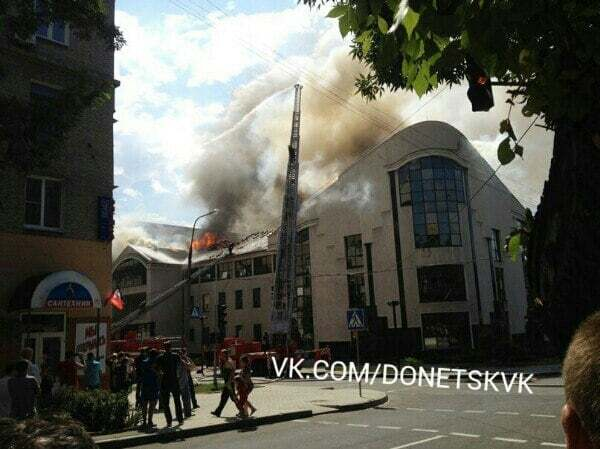 Большой огонь: в центре Донецка сгорел бывший офис Таруты
