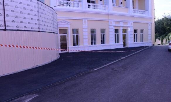 Научились у соседей: Харьков встретил Порошенко покрашенным асфальтом