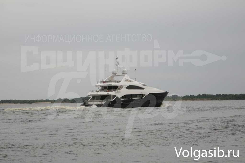 """ЗМІ: Янукович """"засвітився"""" в Росії на шикарній яхті - охорона напала на журналіста"""