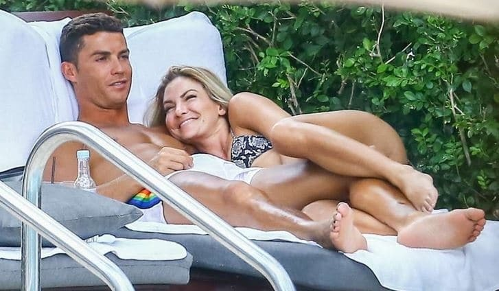 Криштиану Роналду застукали целующимся с пышнотелой блондинкой
