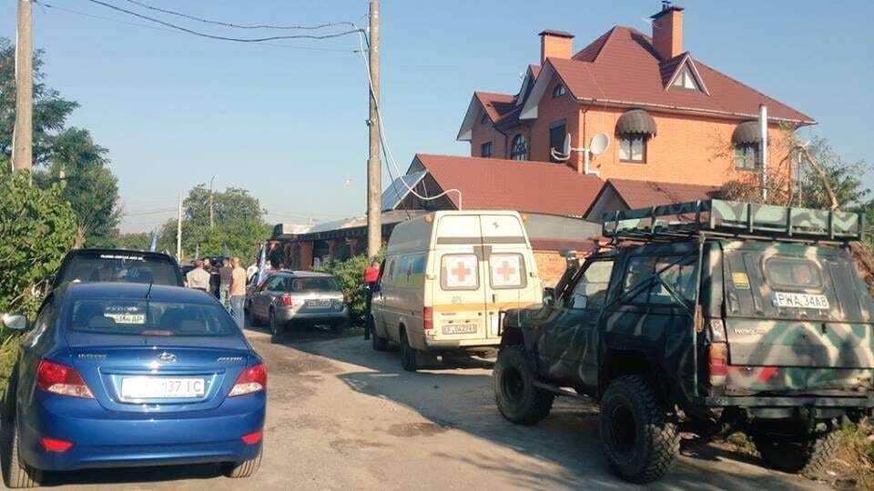 """""""Автомайдан"""" устроил акцию под домом избившего волонтера """"любимчика Авакова"""""""