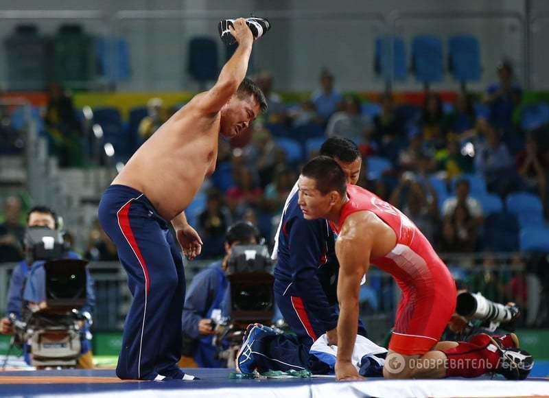 Скандал на Олимпиаде. Тренеры устроили голый протест, пытаясь вернуть медаль