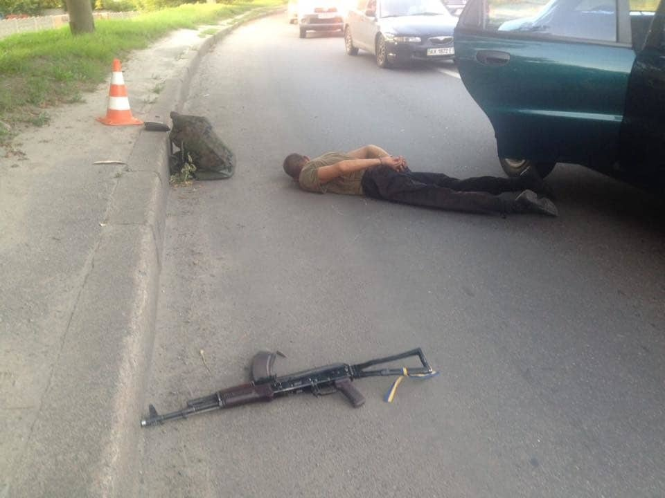 У Харкові п'яний чоловік у камуфляжі стріляв по таксі з автомата