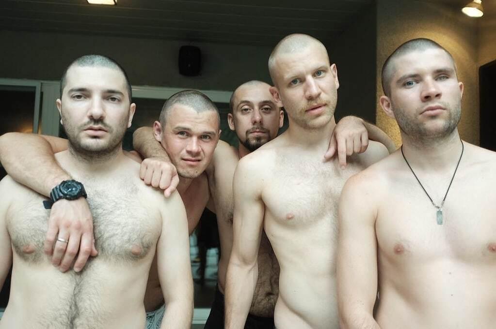 """Иван Дорн со своей """"бандой"""" подстриглись и показали оголенные торсы"""