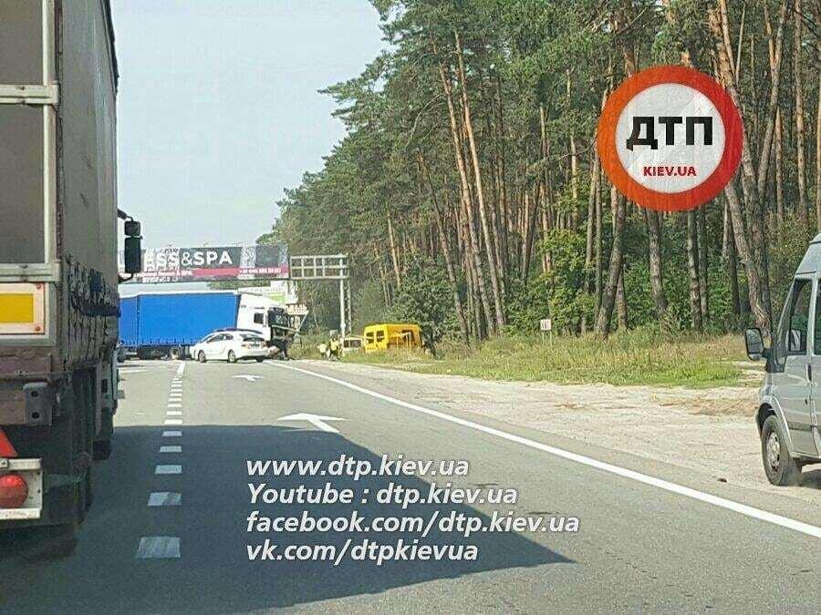Смертельное ДТП под Киевом: автомобили превратились в груды железа