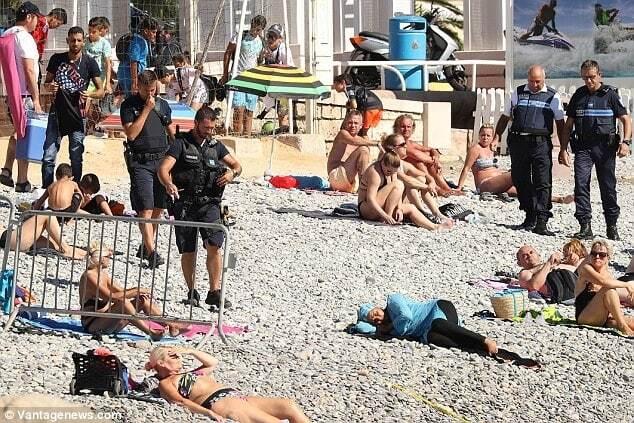У Франції поліція змусила мусульманку роздягнутися на пляжі