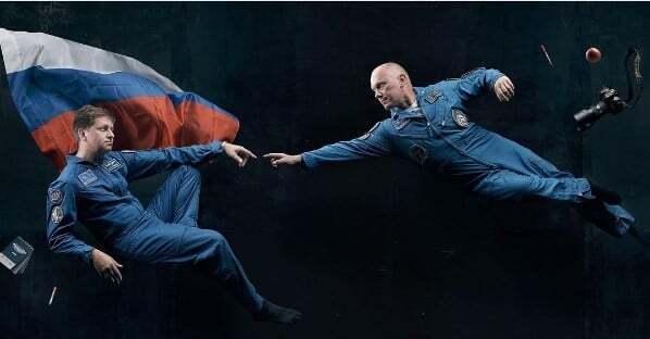 """Космонавты воссоздали """"Сотворение Адама"""" Микеланджело"""