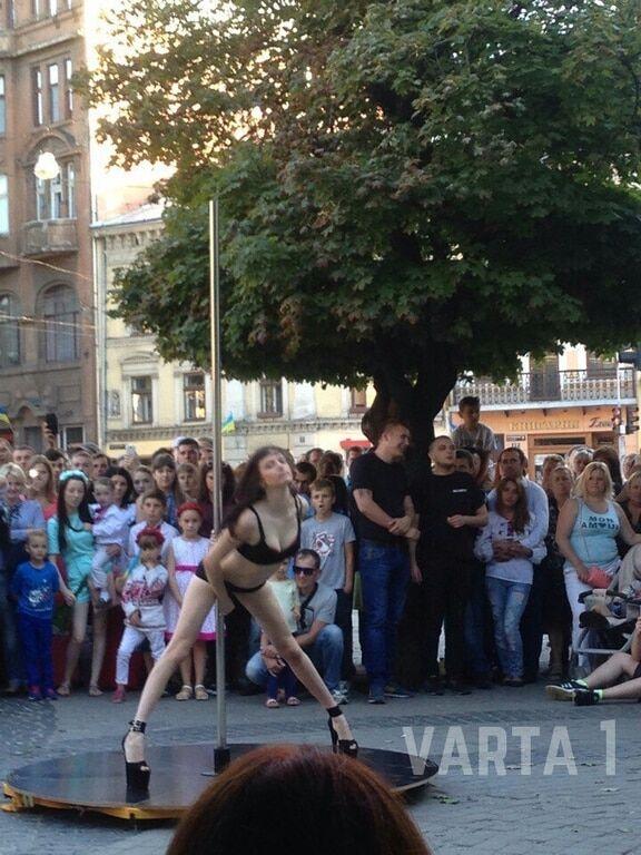 """""""Розслабимося, малюче?"""" Посеред Львова на День Незалежності станцювали стриптиз перед дітьми"""
