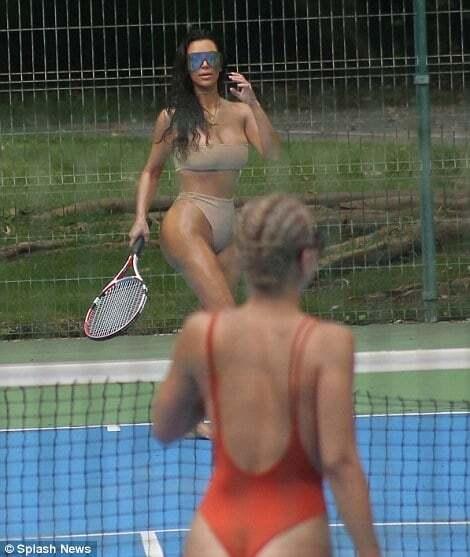 """Ким Кардашьян в """"невидимом"""" бикини сыграла в теннис в Мексике"""