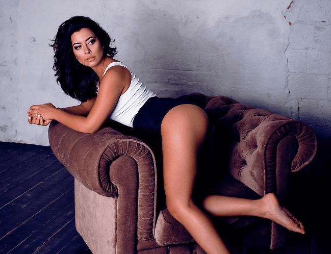 Возлюбленная Виталия Козловского взбудоражила сеть снимком с оголенной грудью