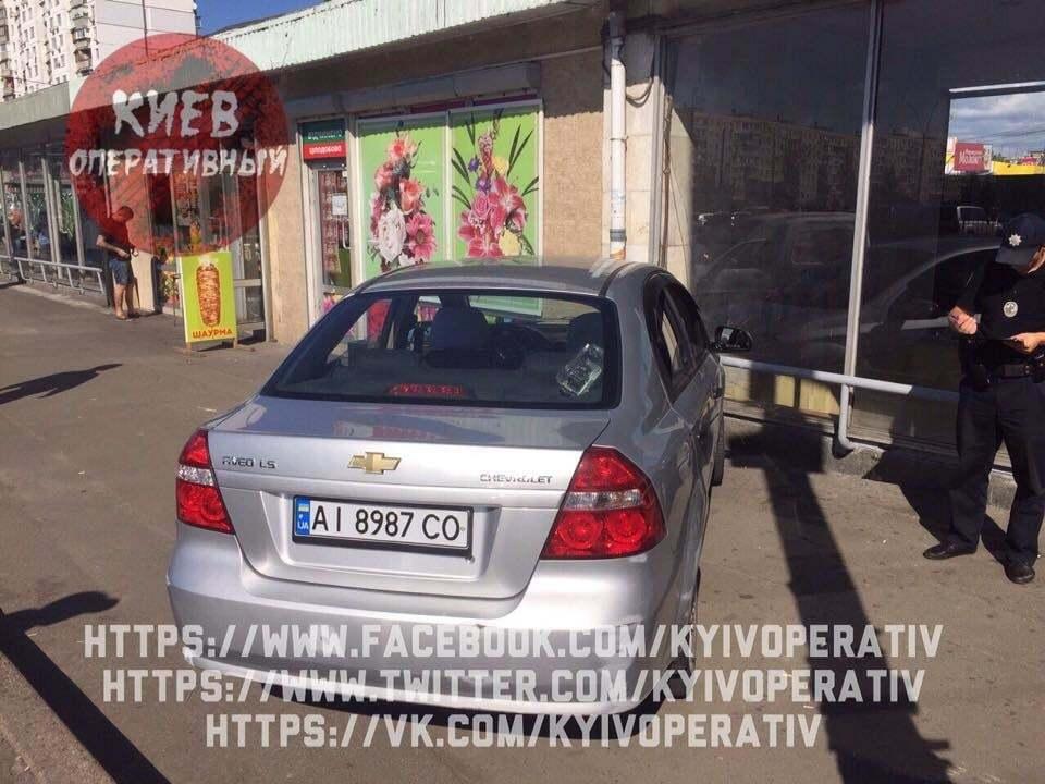 Протаранили вход на станции метро: в Киеве на Оболони произошло пьяное ДТП