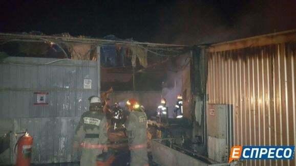 Мощный пожар в Киеве: на Демеевском рынке выгорели павильоны с товаром