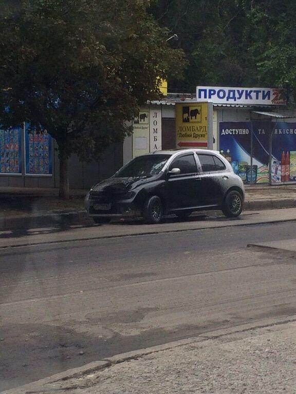 Посеред Харкова замість доріг смолою залили машини