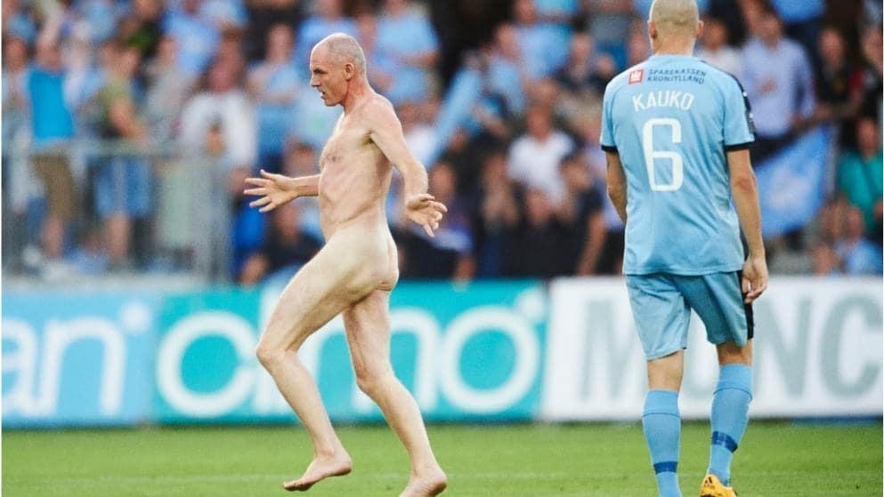 Трезвый и неадекватный. Чемпион Европы выбежал на поле полностью голым