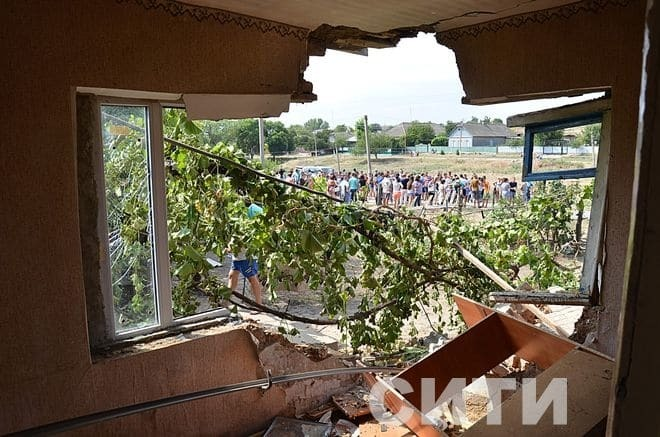 Как танком проехались: СМИ показали разгромленные дома ромов в Лощиновке
