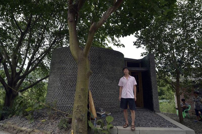 Китайский архитектор возвел необычный офис из пивных бутылок: фотофакт