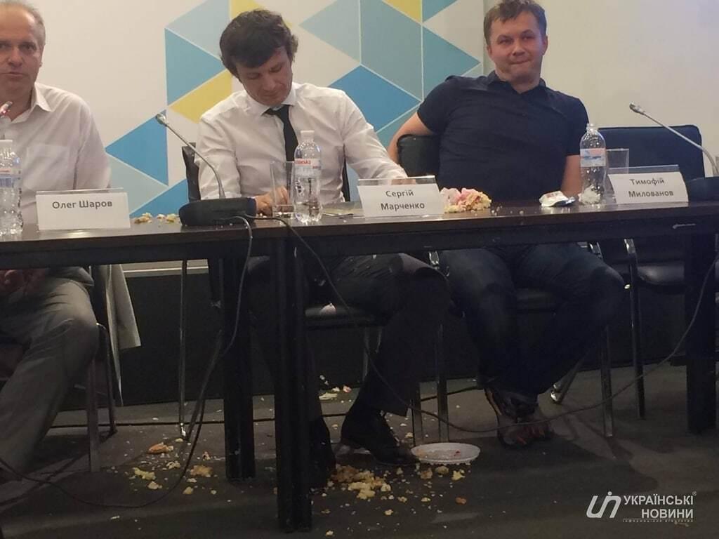 Отомстили за стипендии: в замминистра финансов бросили торт