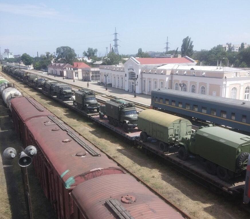 Оккупанты перебросили в Крым через Керчь колонны военной техники