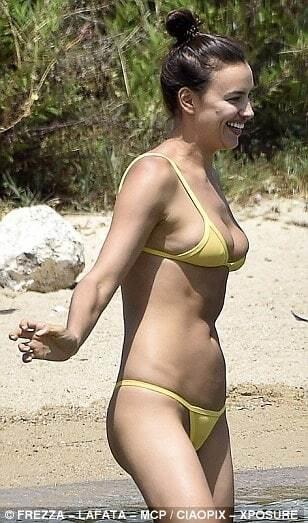 Ирина Шейк понежилась на пляже Сардинии в откровенном бикини