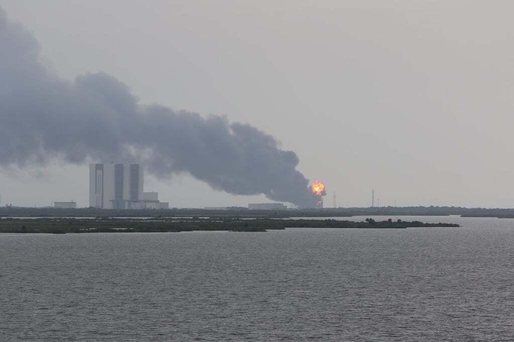 На пусковой платформе SpaceX произошел взрыв