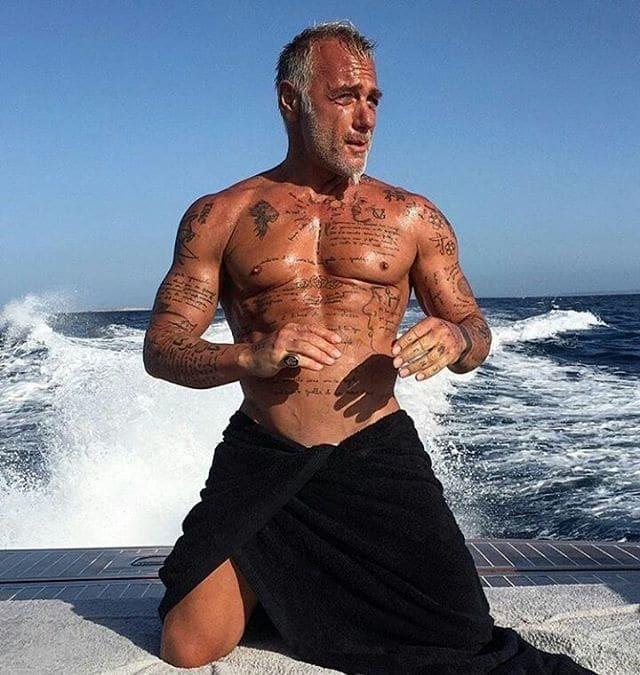 Танцующий миллионер Джанлука Вакки соблазнительно прошелся на каблуках: опубликовано видео