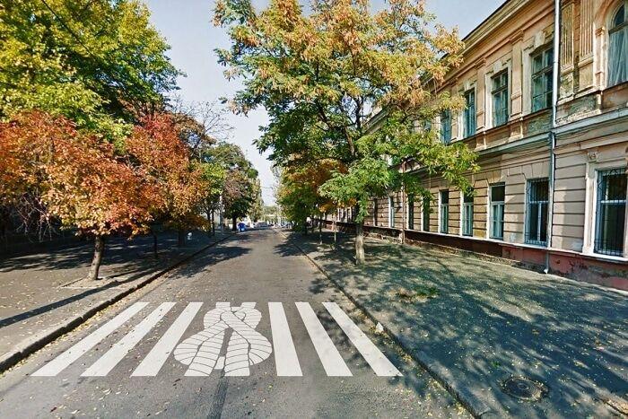 Недокреативили: в Одессе удивили необычными пешеходными переходами