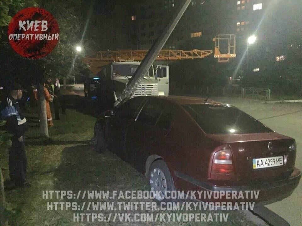 У Києві Skoda протаранила стовп