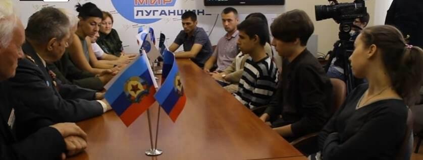 """""""Українці - це укри, не було такого"""": з'явилося відео """"перевиховання"""" студентів, які гуляли з прапором України в Луганську"""