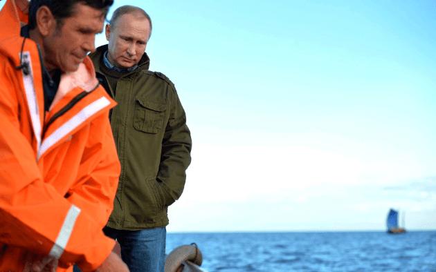 Уху ели: соцсети высмеяли отдых Путина и Медведева на острове Липно