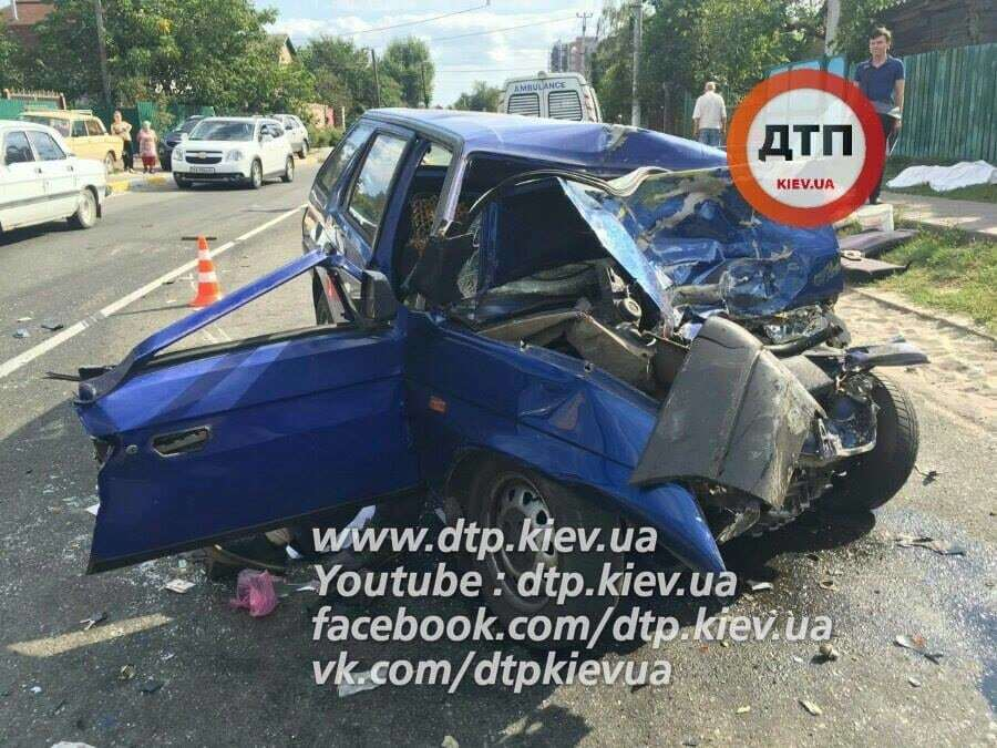 Під Києвом автомобіль на величезній швидкості влетів у маршрутку: троє загиблих