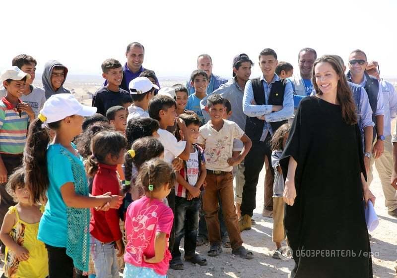 Американский таблоид осудил Анджелину Джоли за выступающие соски на встрече с беженцами
