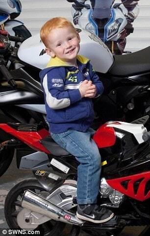 Рыжий малыш из Великобритании умилил соцсети бурной реакцией на мотогонки
