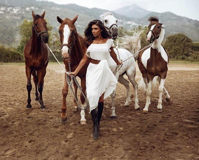 Санта Димопулос в роскошных нарядах снялась в красочной фотосессии с лошадьми