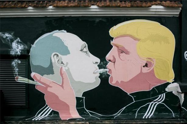 """Вдули"" друг другу: в Вильнюсе обновили фото с поцелуем Трампа и Путина"