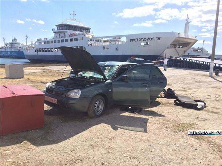 У Керчі автомобіль із водієм впав із порома в море