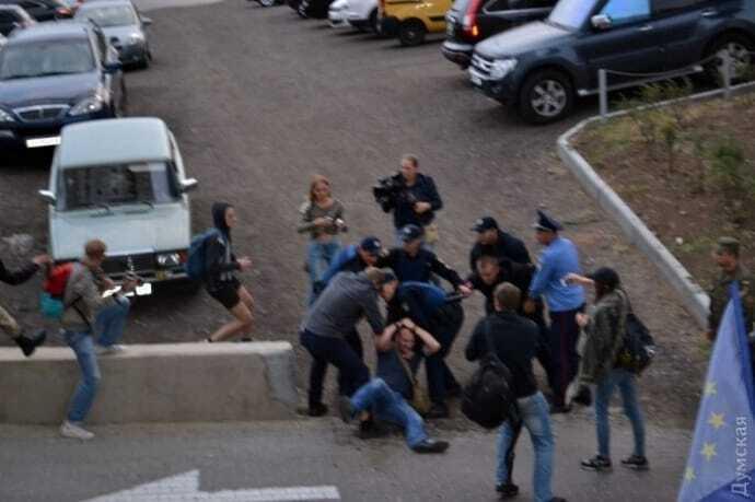 Закидали консульство Росії яйцями: в Одесі сталася нова хвиля бійок