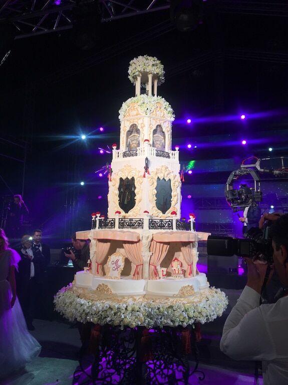 Брежнева и Лорак засветились в Подмосковье на роскошной свадьбе сына российского олигарха