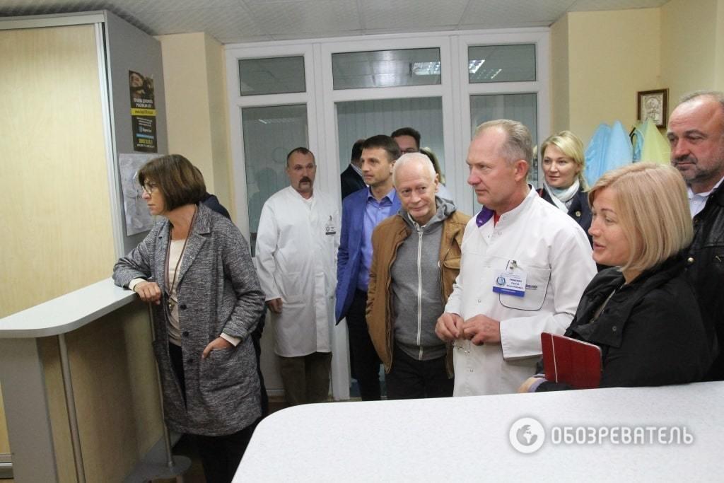 """От """"перемирия"""" не осталось коек: Геращенко с евродепутатами навестили раненых в Днепре"""