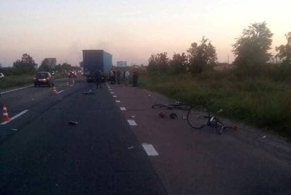 Смертельное ДТП с велосипедистами на Киевщине: водителя фуры задержали