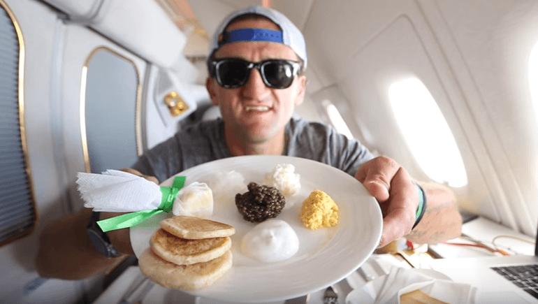 Ікра, ліжко, душ: відеоблогер випадково полетів рейсом з Дубаю за $ 21 тисячу